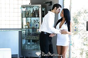 HD PureMature - Exotic Anissa Kate serves drinks unfamiliar her pussy