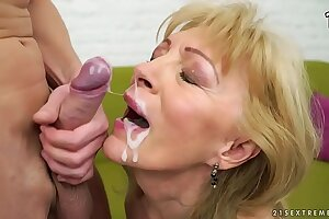 Culmination familiarize with 15 Granny cumshots, facials