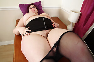 UK BBW milf Jayne Beset loves playing with her hairy fanny